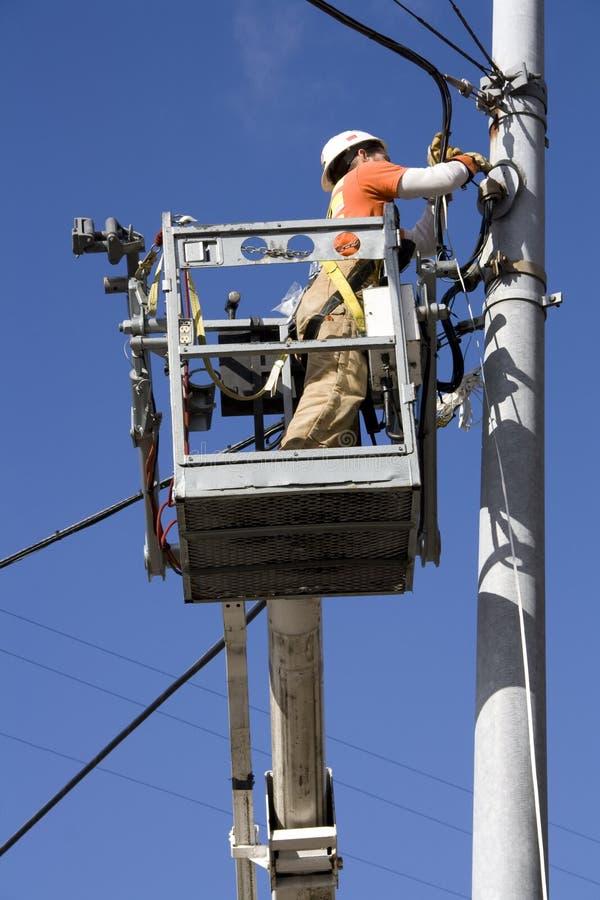 Elettricista che ripara i cavi elettrici fotografie stock libere da diritti