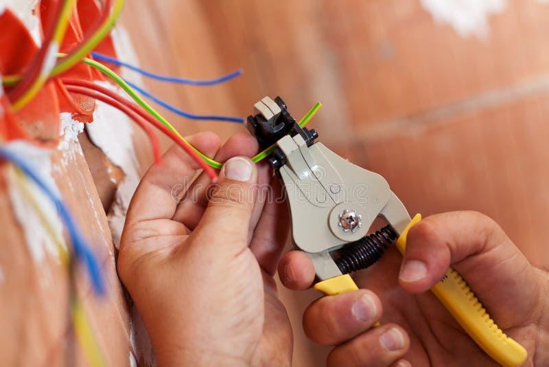 Elettricista che sbuccia fuori i collegare fotografie stock libere da diritti