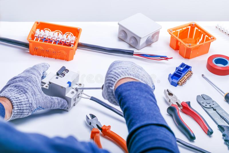 Elettricista con gli strumenti ed il materiale elettrico lavoro di elettricit? fotografia stock libera da diritti