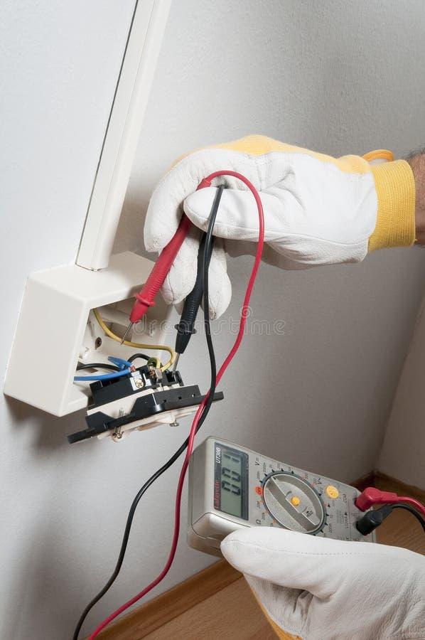 Elettricista sul lavoro fotografie stock libere da diritti