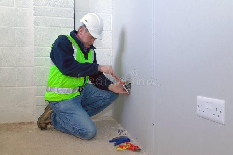 Elettricista sul lavoro immagini stock libere da diritti