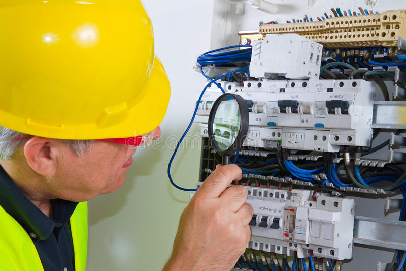 Elettricista sul lavoro immagine stock libera da diritti