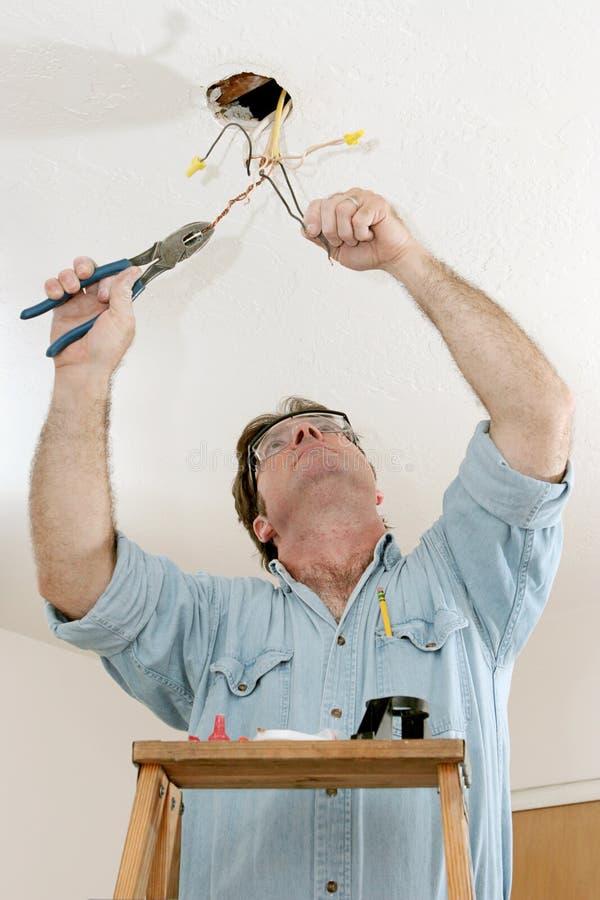 Elettricista sul lavoro fotografie stock