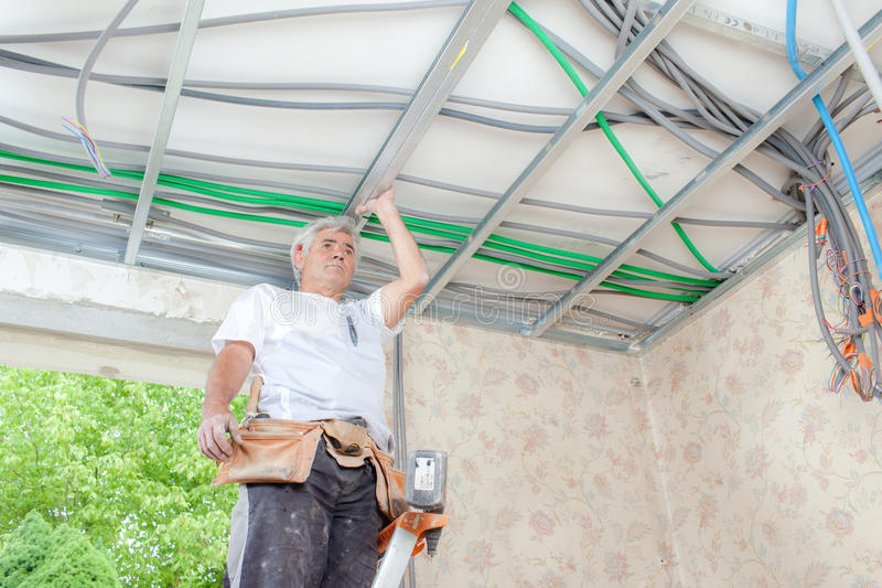 Elettricista sul lavoro in garage fotografia stock libera da diritti