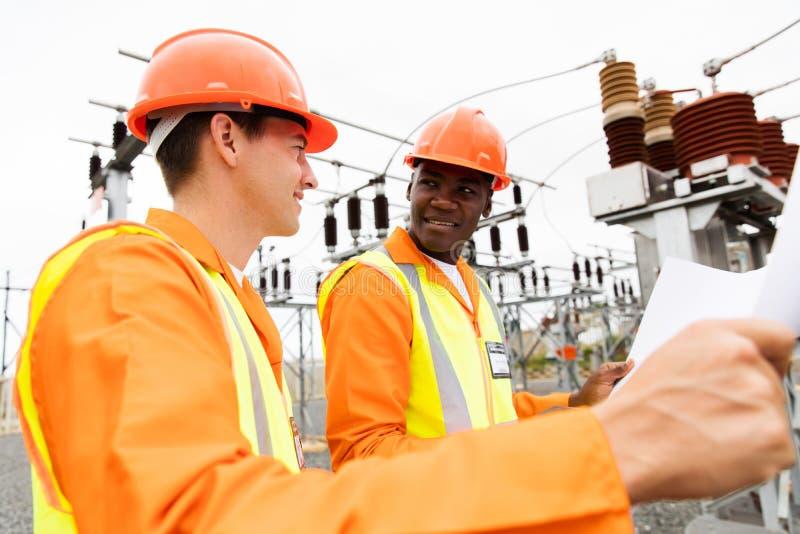 Elettricisti che discutono modello immagine stock