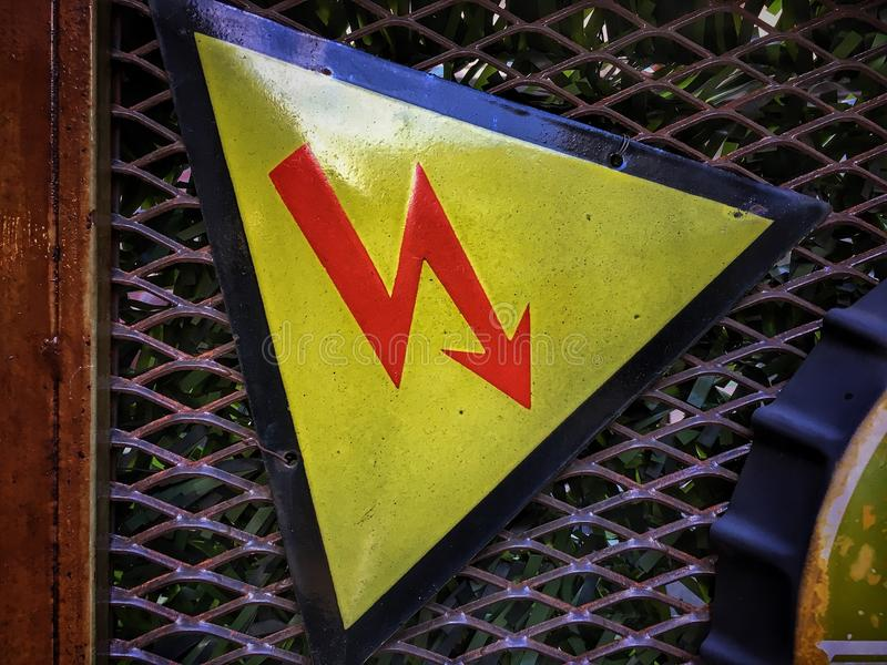 Elettricità ad alta tensione 3D Un avvertimento del segno dei pericoli immagini stock libere da diritti