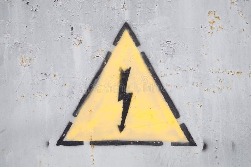 Elettricità ad alta tensione del segno del pericolo immagini stock