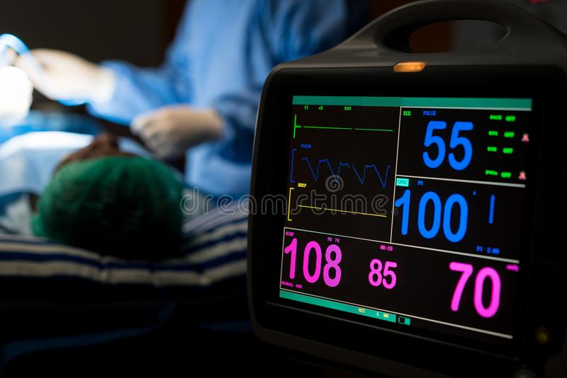 Elettrocardiogramma nel pronto soccorso di funzionamento della chirurgia dell'ospedale s fotografia stock libera da diritti