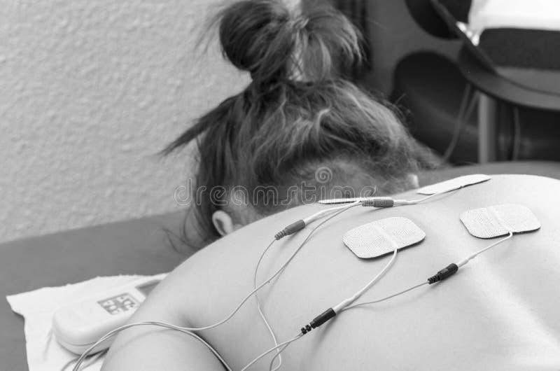 Elettrodi di DIECI posizionati per il trattamento di dolore alla schiena nella t fisica immagine stock libera da diritti