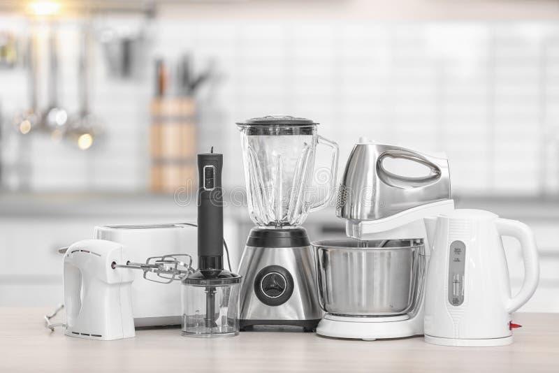 Elettrodomestici da cucina moderni differenti sulla tavola all'interno Elemento interno fotografia stock libera da diritti