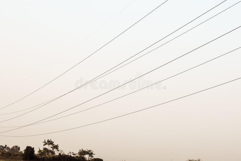 Elettrodotto, pilone di elettricità, linea elettrica sopraelevata ad alta tensione della torre d'acciaio della grata immagini stock libere da diritti