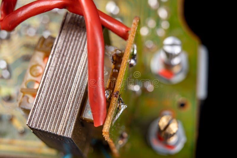 Elettronica dai vecchi apparecchi elettronici Parti per la riparazione in un'officina di elettronica immagine stock