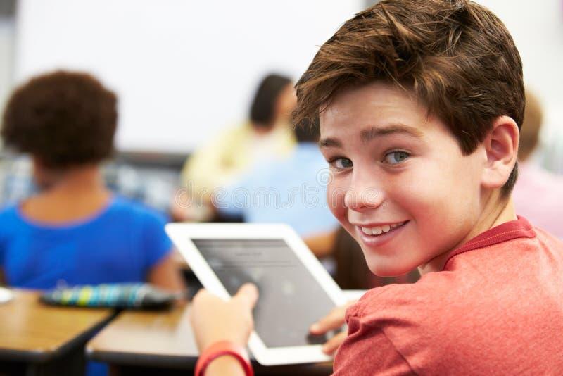 Elev i grupp som använder den Digital minnestavlan