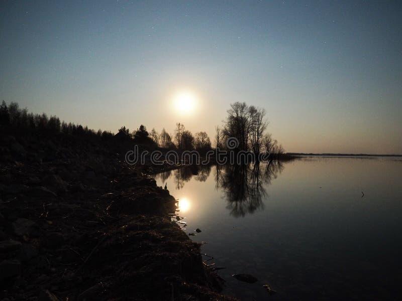 Elevação da lua e reflexão clara observando sobre o lago fotografia de stock