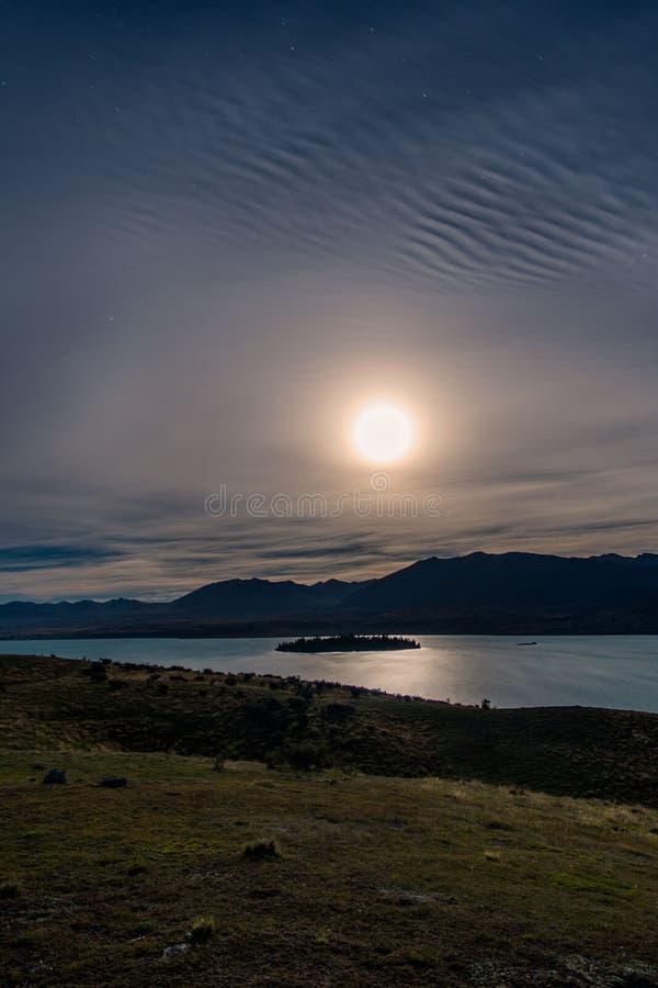 Elevação da lua sobre o lago Tekapo imagem de stock royalty free