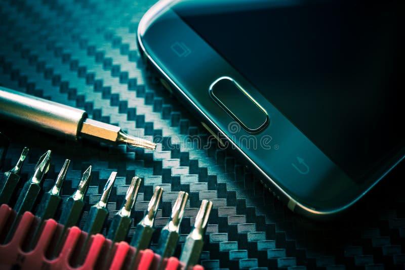 Elevação do reparo do telefone celular fotografia de stock royalty free