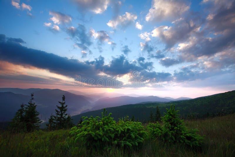 Elevação do sol do alvorecer cedo na manhã em um vale da montanha fotografia de stock