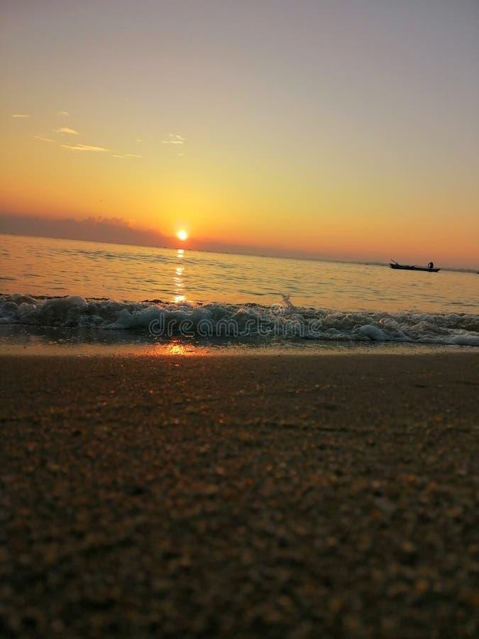 Elevação do sol do lado de mar com hora dourada imagem de stock royalty free