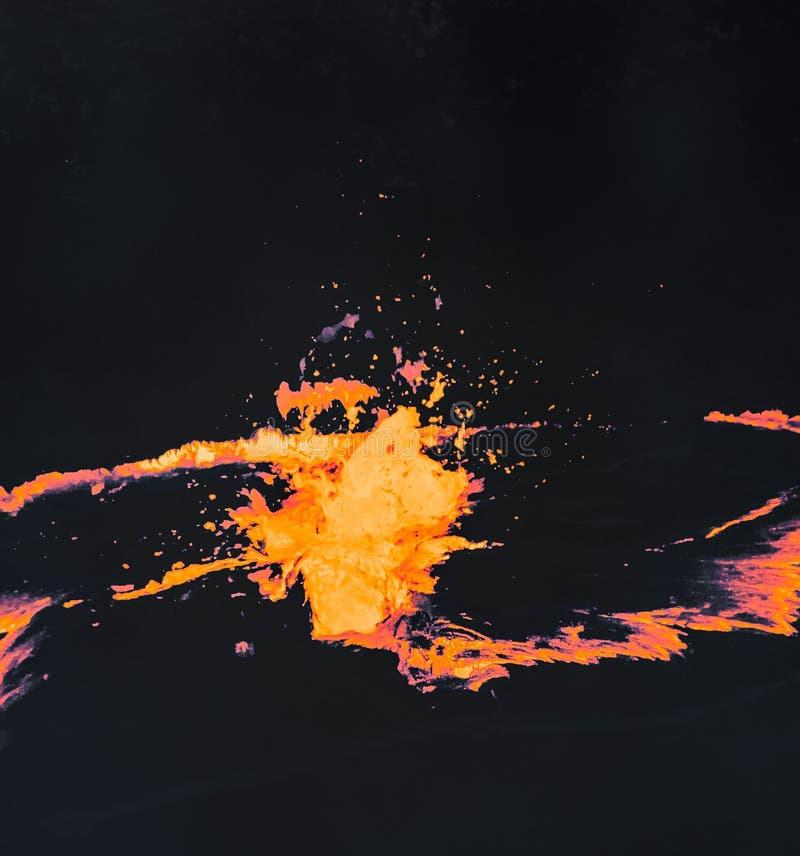 Elevação do tiro da lava derretida no ar durante explosões vulcânicas imagens de stock