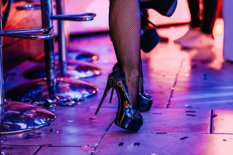 A elevação fêmea do dançarino dos pés colocou saltos o contador da barra das sapatas foto de stock royalty free