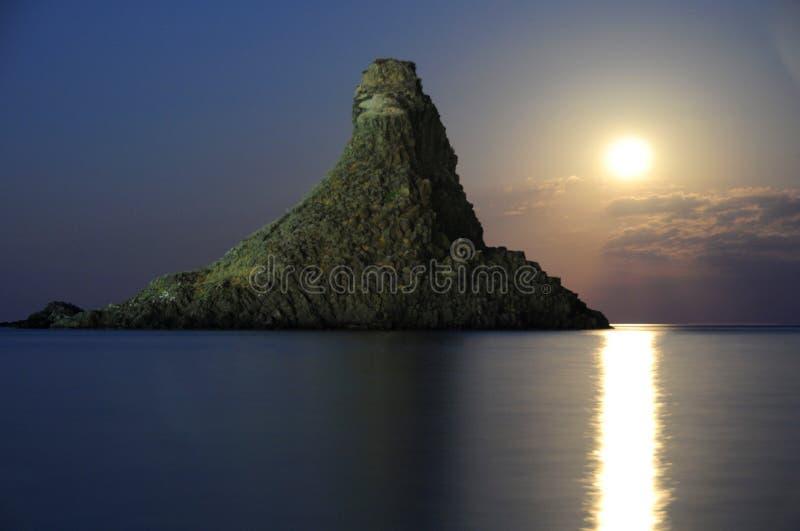 Elevação Sicilia Itália Italia da lua de Acitrezza Faraglioni - terras comuns criativas pelo gnuckx foto de stock