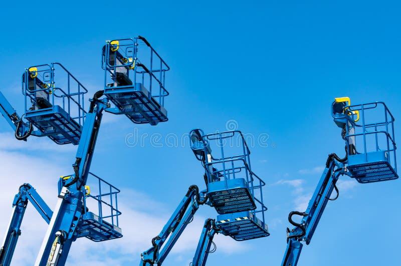 Elevación artificial de la pluma Elevación de plataformas aéreas Elevación telescópica contra el cielo azul Grúa de construcción  fotos de archivo libres de regalías