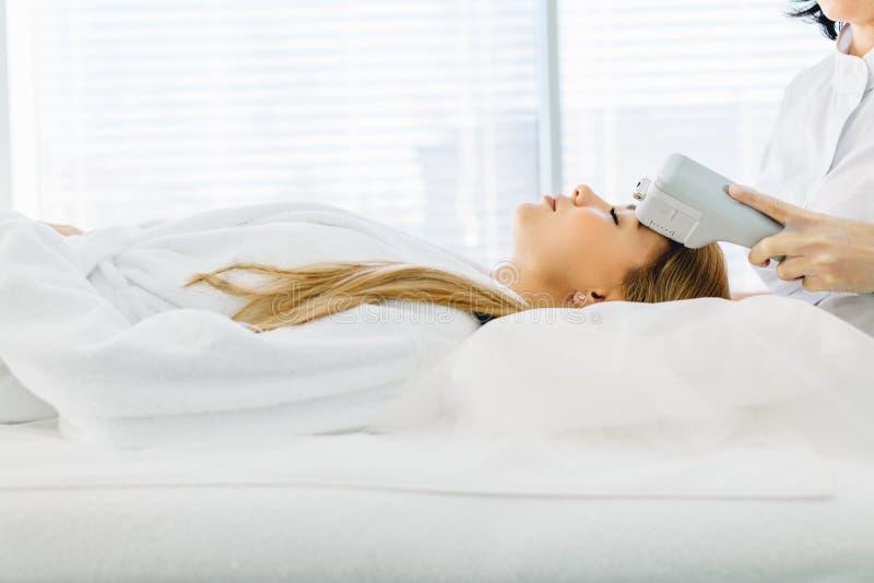 elevación de cara No-quirúrgica Elevación de SMAS ultrasónica Cirugía estética fotografía de archivo libre de regalías