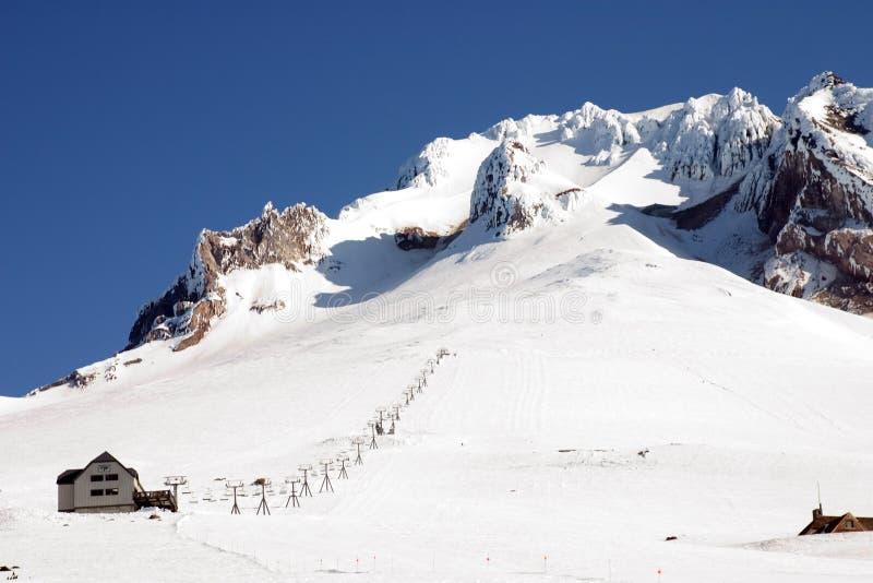 Elevación de esquí en el capo motor del montaje. imagen de archivo
