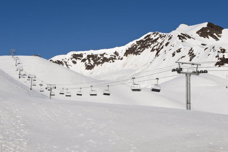 Elevación de esquí en montañas fotografía de archivo libre de regalías