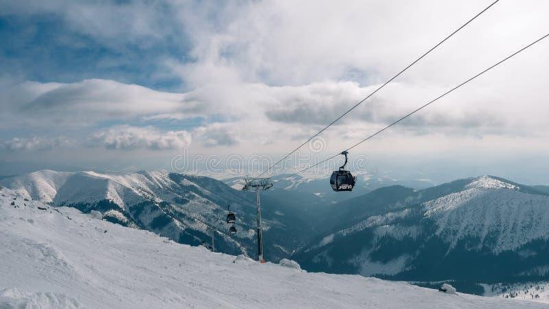 ELEVACIÓN DE LA GÓNDOLA Cabina del funicular en la estación de esquí Yasna en el amanecer con el pico de montaña en la distancia  imagenes de archivo