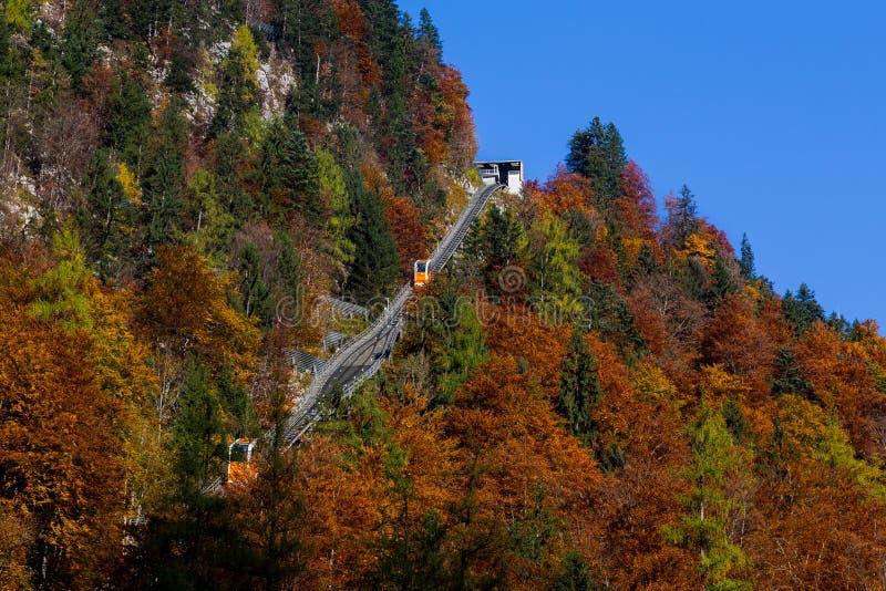 Elevación de la góndola de Hallstatt durante el otoño imágenes de archivo libres de regalías