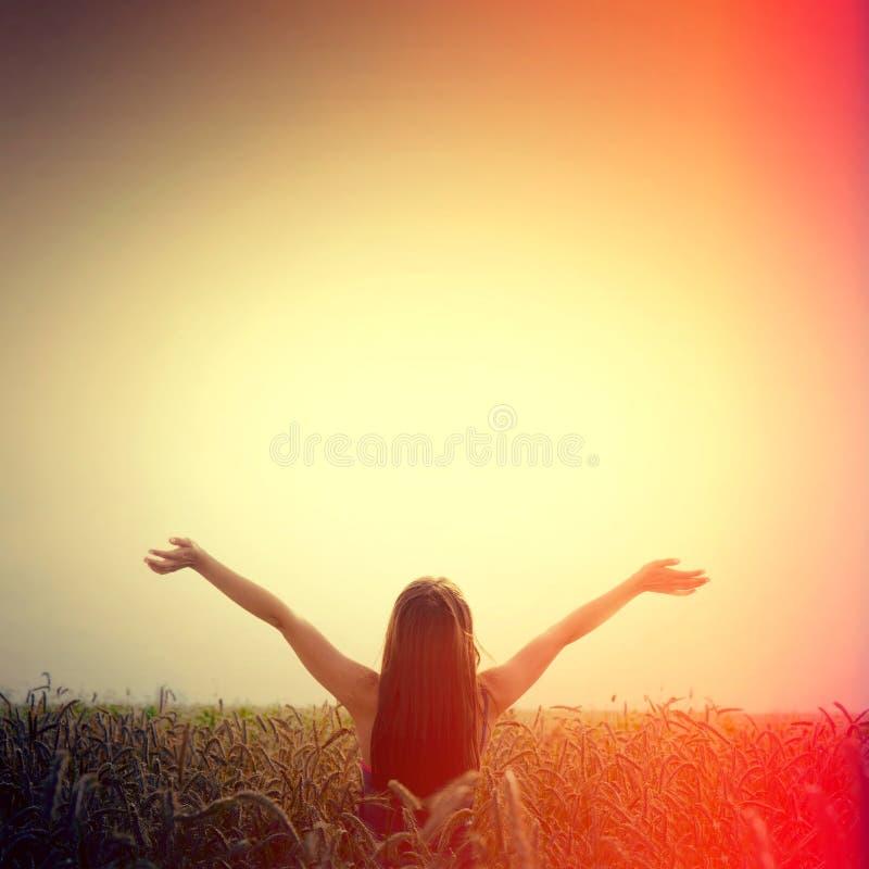Elevación de la muchacha sus manos a la libertad del cielo y de la sensación imagen de archivo libre de regalías