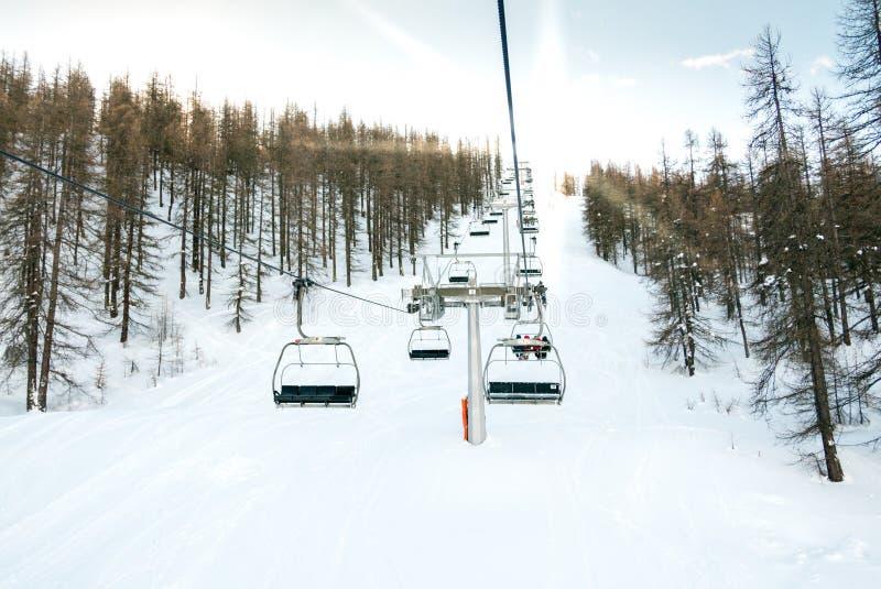 Elevación de silla en montañas oulx Piamonte del sauze d italiana ' fotografía de archivo