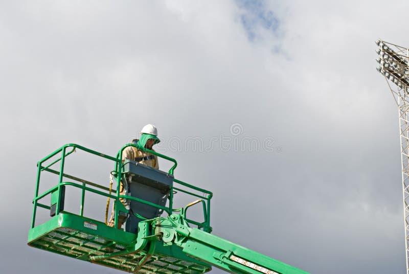 Download Elevación Del Funcionamiento Del Trabajador Foto de archivo - Imagen de trabajo, nube: 7279882
