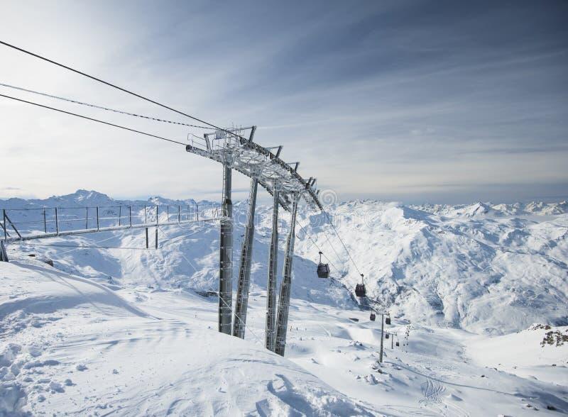 Elevación del teleférico en una ladera alpina en cordillera imagen de archivo libre de regalías