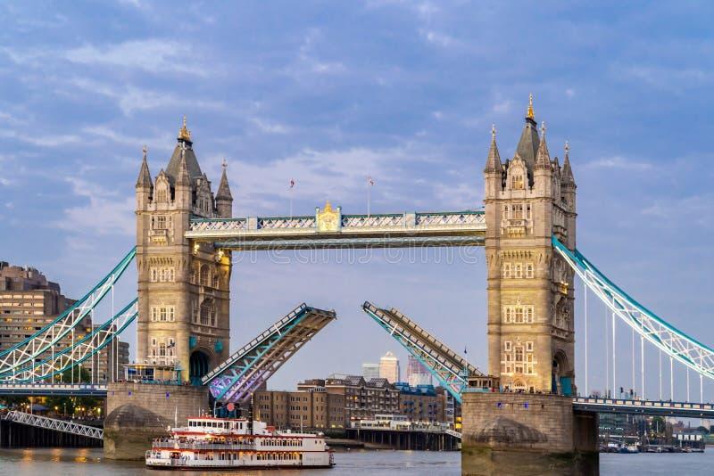 Elevación encima del puente de la torre de Londres foto de archivo