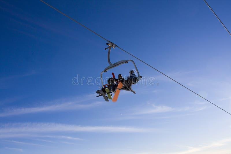 Elevación y cielo de esquí imagenes de archivo