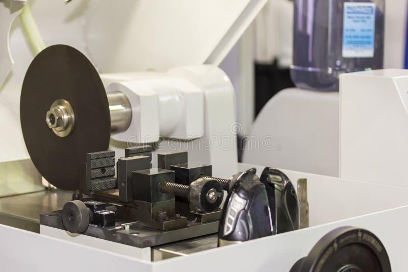 Elevada precisão e precisão da máquina de corte do disco da fibra com a braçadeira do trabalho para industrial ou o laboratório imagens de stock
