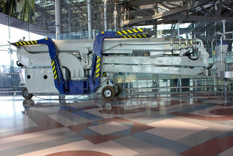 Elevador azul en el edificio del aeropuerto foto de archivo libre de regalías