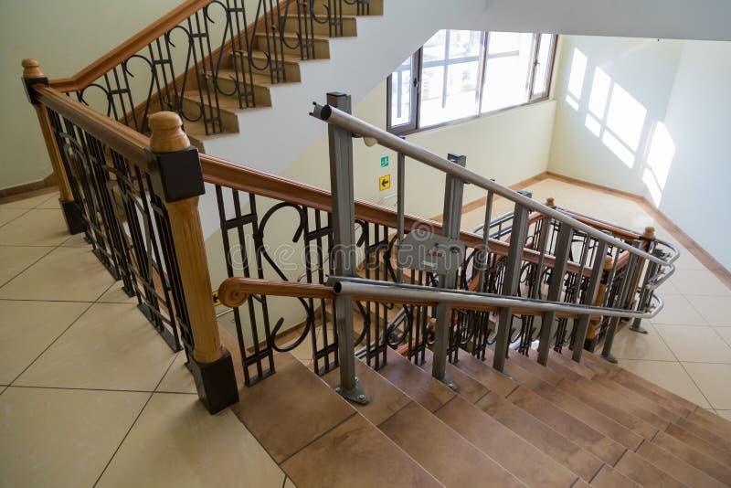 Elevador da escada para os enfermos Escadas da construção pública fotos de stock