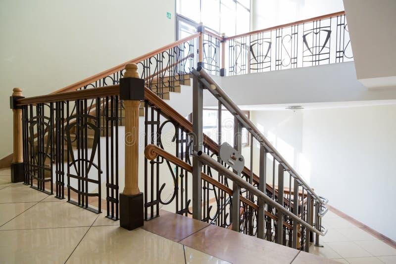 Elevador da escada para os enfermos Escadas da construção pública fotografia de stock