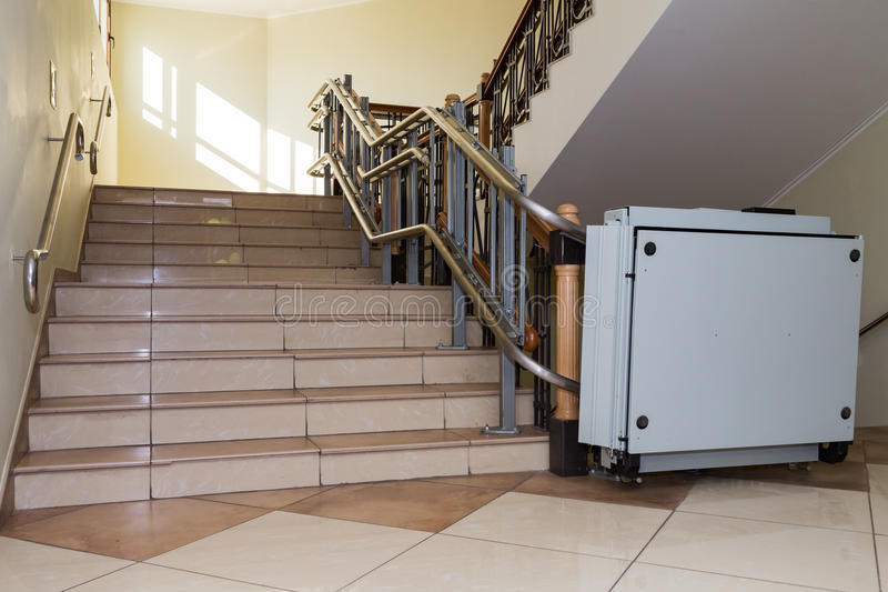 Elevador da escada para os enfermos Escadas da construção pública imagens de stock