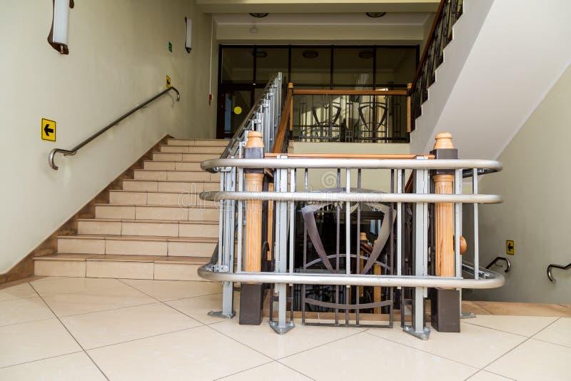 Elevador da escada para os enfermos Escadas da construção pública imagem de stock