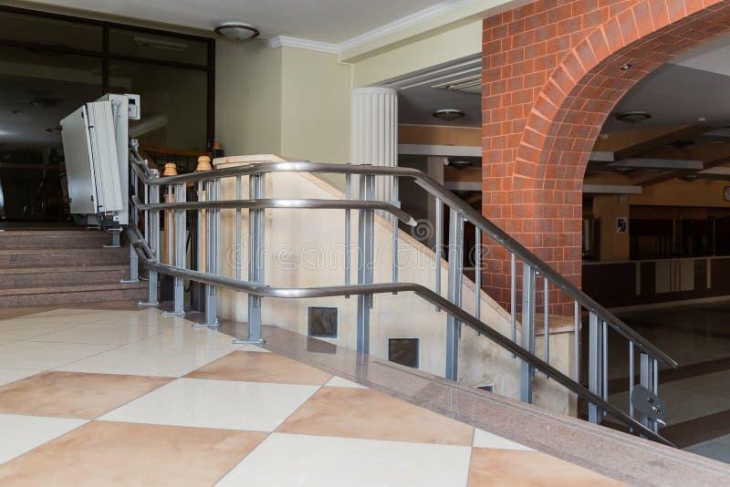 Elevador da escada para os enfermos Escadas da construção pública fotografia de stock royalty free