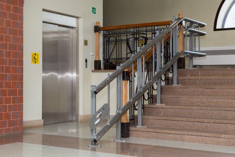 Elevador da escada para os enfermos Escadas da construção pública fotos de stock royalty free