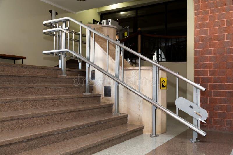 Elevador da escada para os enfermos Escadas da construção pública foto de stock