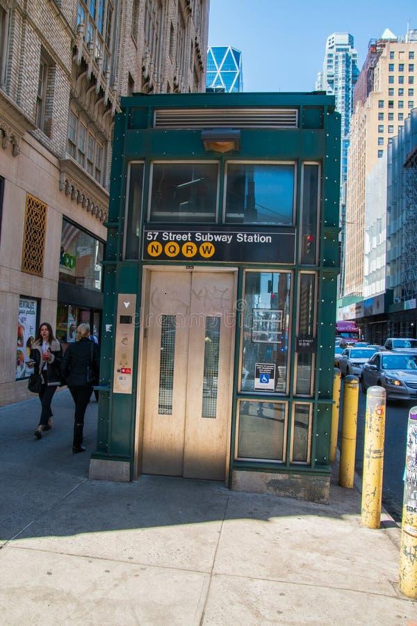 Elevador da estação de metro de New York em uma rua de Manhattan New York City com os pedestres que andam perto fotografia de stock