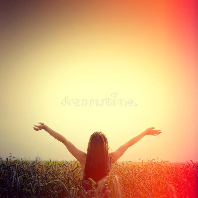 Elevador da menina suas mãos à liberdade do céu e da sensação imagem de stock royalty free
