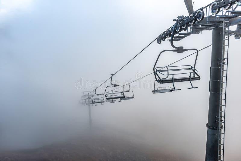 Elevador da montanha de Kasprowy Wierch ao vale no dia nebuloso do outono, montanhas de Gasienicowa de Tatra imagem de stock royalty free