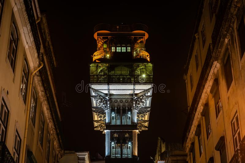 Elevador de Санта Justa в Лиссабоне на ноче стоковые изображения